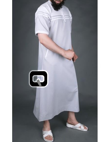 Qamis Qaba'il manches courtes blanc et gris